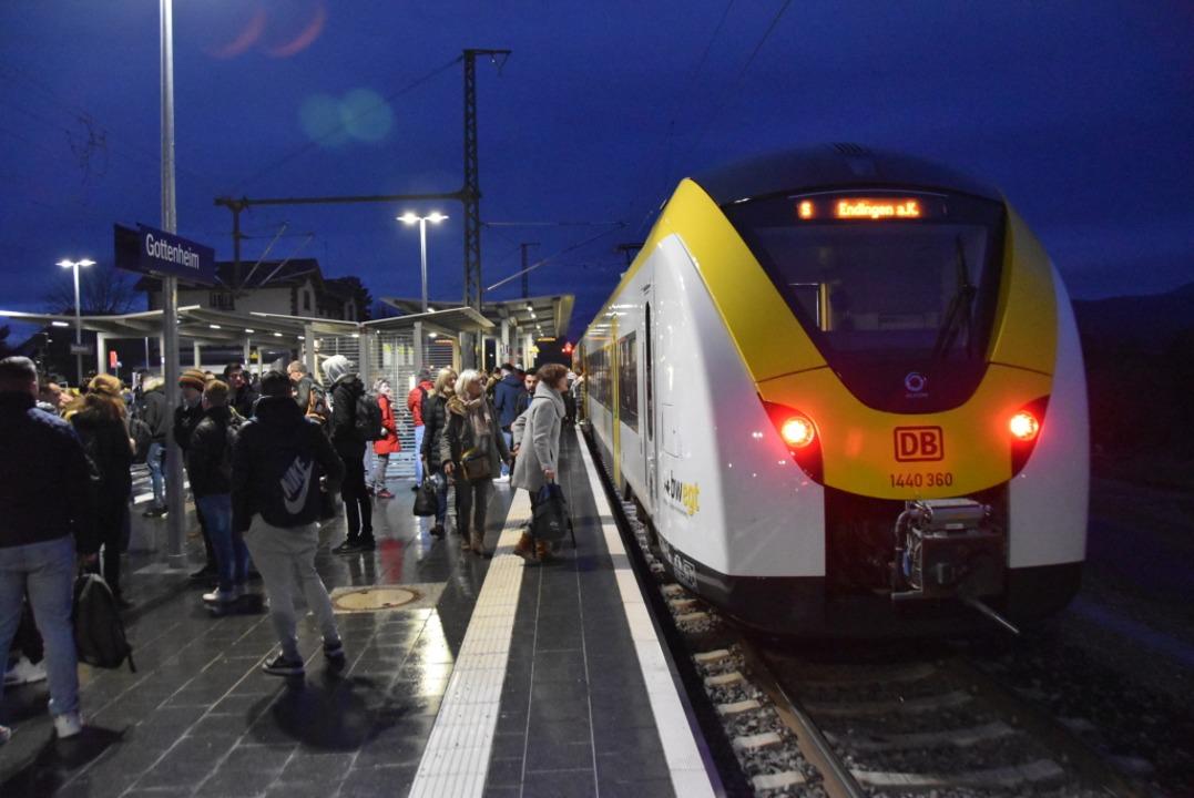 Ratlose Fahrgäste im morgendlichen Ber...erbindung in Richtung Freiburg warten.  | Foto: Manfred Frietsch