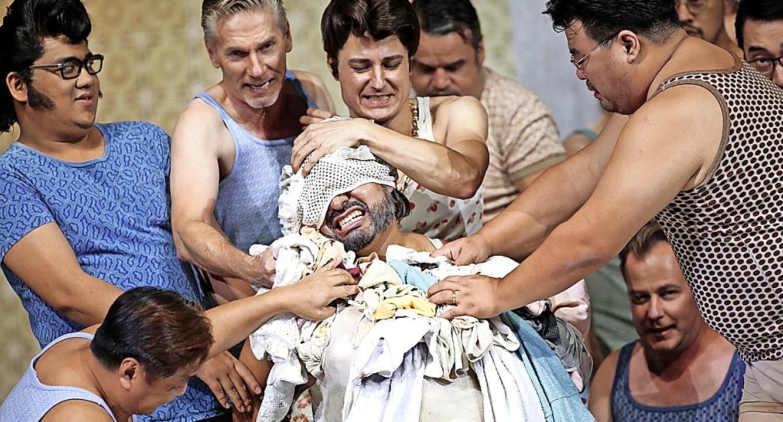 Mit Schmutzwäsche entladen sich Neid u...enschen Falstaff (Mitte: Juan Orozco).  | Foto: Paul Leclaire, Köln