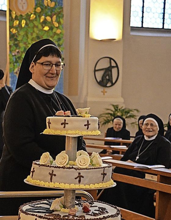 Nicht nur Oberin Schwester Teresa freut sich über die Geburtstagstorte  | Foto: Gabriele Hennicke
