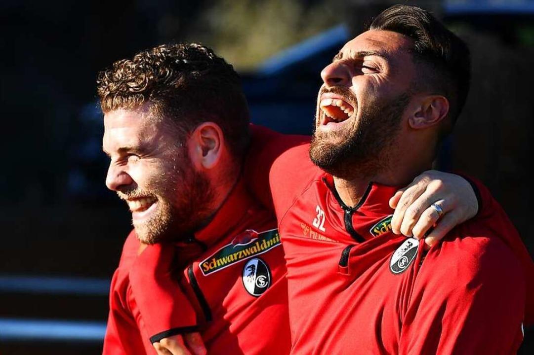 Vincenzo Grifo hat Spaß mit Teamkollege Yoric Ravet (links).  | Foto: Achim Keller