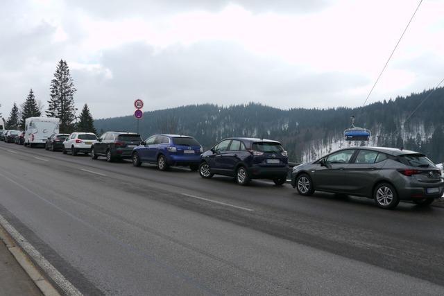 Parkplatz-Chaos am Feldberg: Polizei ahndet 600 Verstöße am Wochenende
