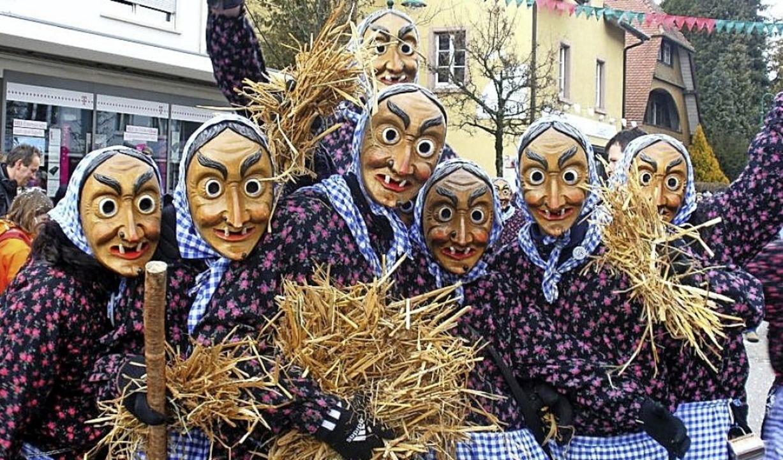 Werfen kein Konfetti, sondern Stroh: die Bollschweiler Hexen.    Foto: Privat