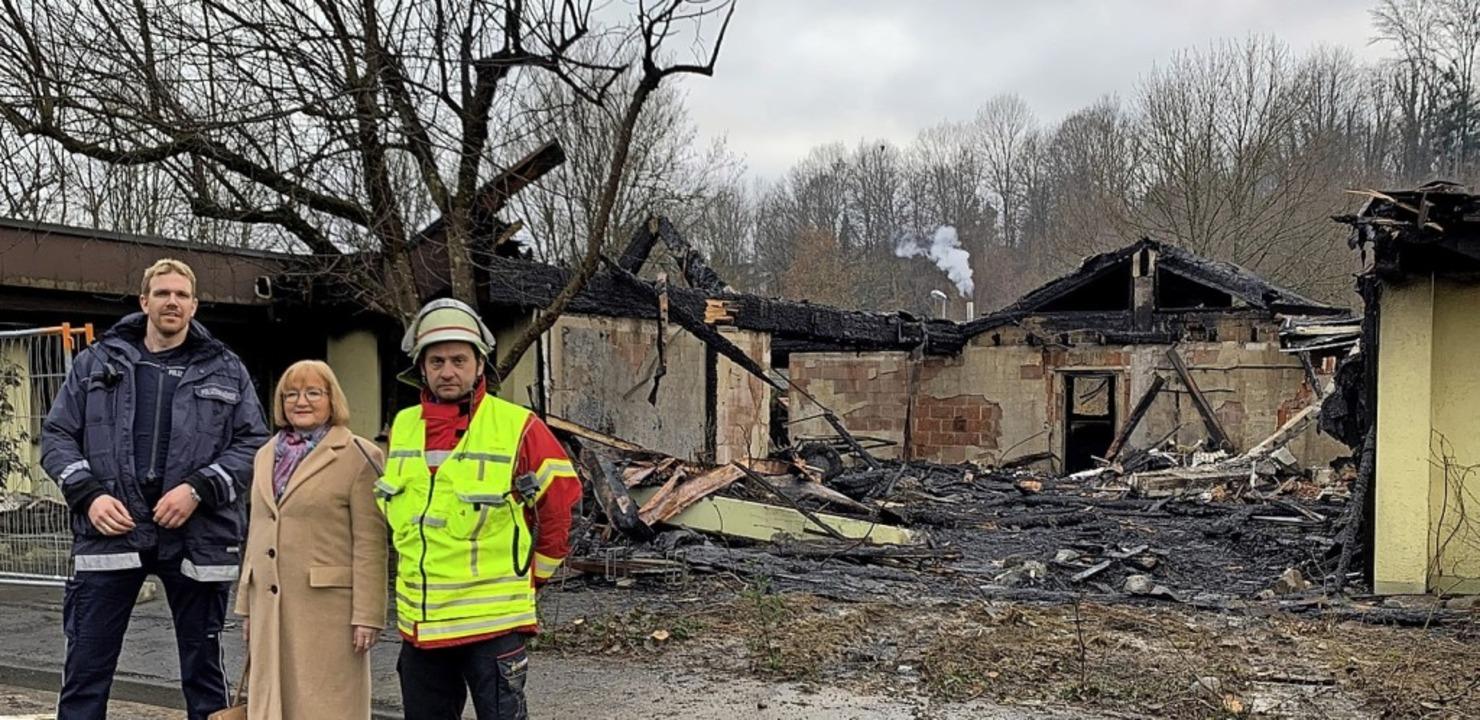 Vor der Brandruine (von links): Ordnun... und Feuerwehrkommandant Nicolo Bibbo   | Foto: Stadt Wehr