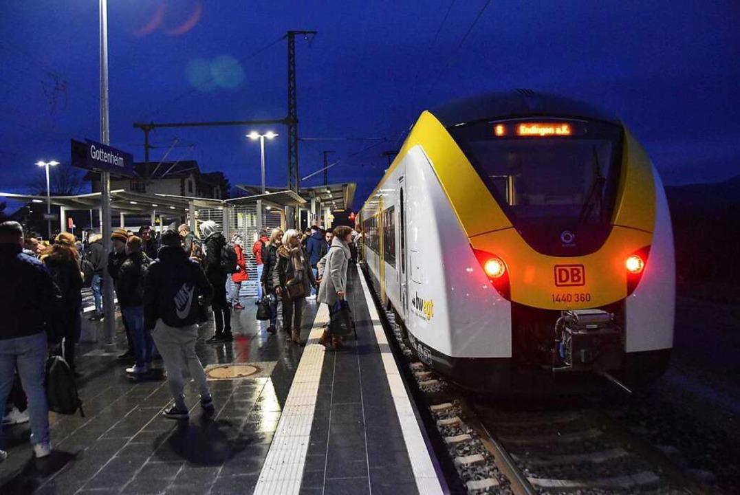 Wann geht es weiter?  Pendler  warten ... Bahnhof bis zu einer Stunde auf Züge.  | Foto: Manfred Frietsch