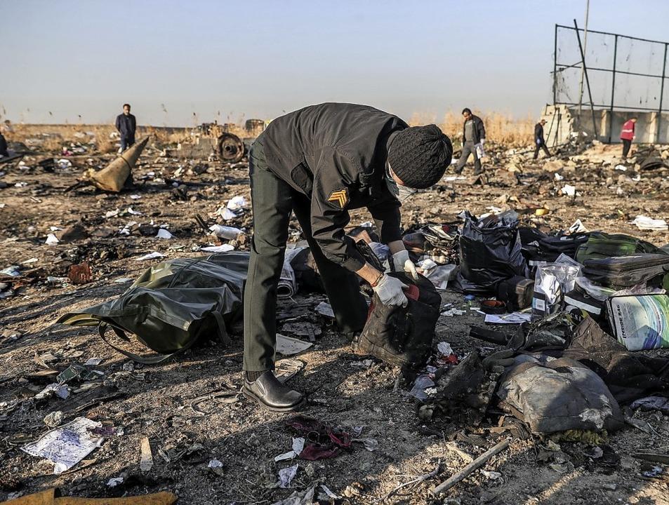 Ermittler durchsuchen die Trümmer.   | Foto: Mohammadreza Abbasi (dpa)