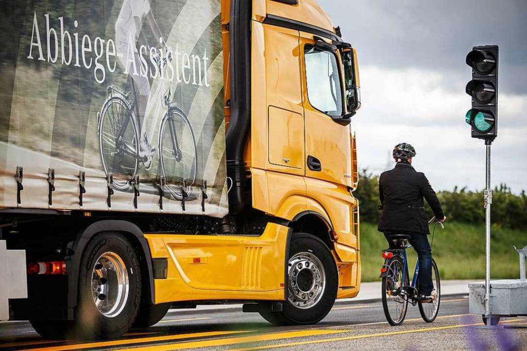 Lkw mit Anhänger müssen ab 1. Juli 202...Abbiege-Assistenten ausgestattet sein.  | Foto: Daimler