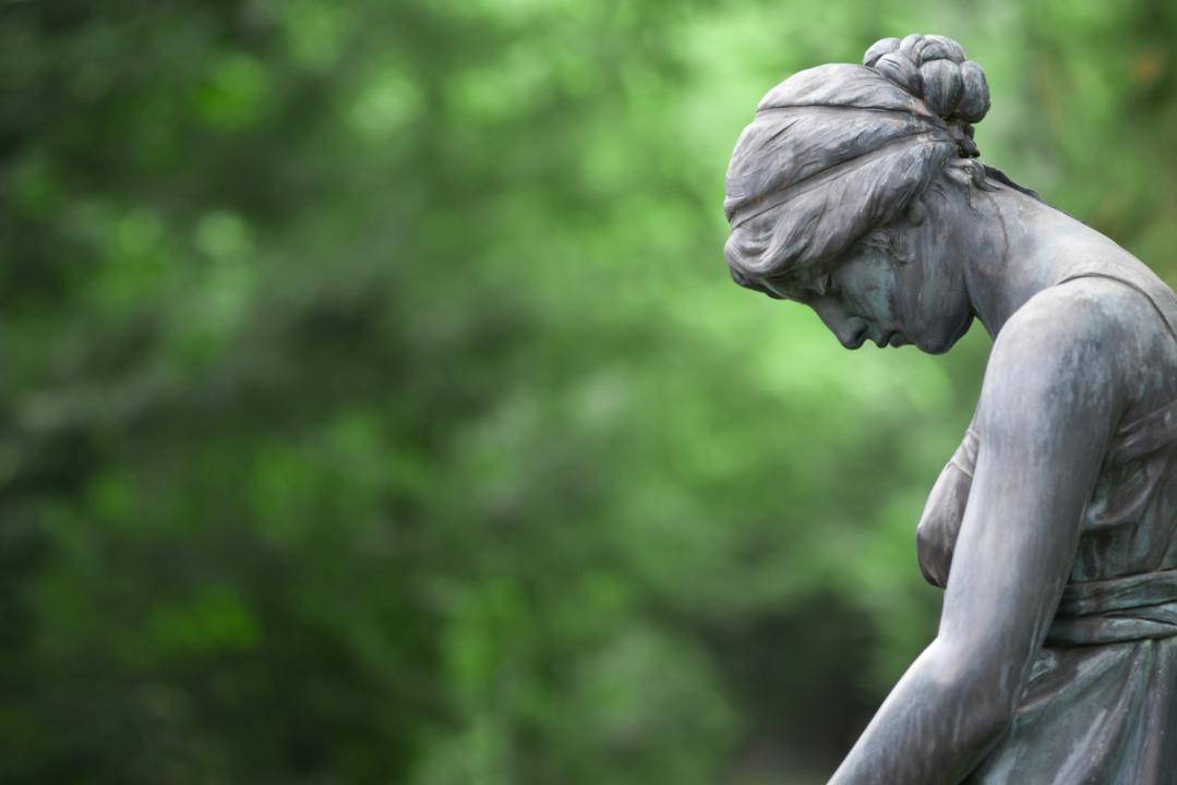 In Trauer: Eine Steinskulptur auf einem Friedhof  | Foto: eyetronic  (stock.adobe.com)
