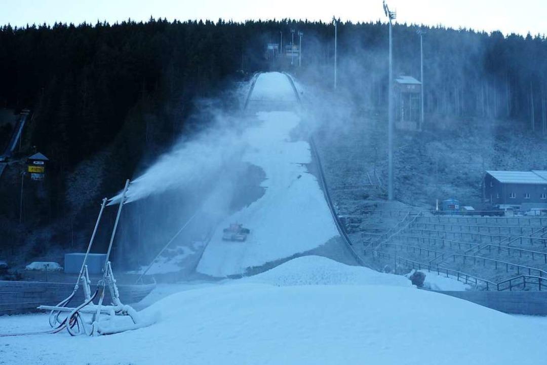 Schneeproduktion am 30. Dezember  | Foto: Johannes Bachmann