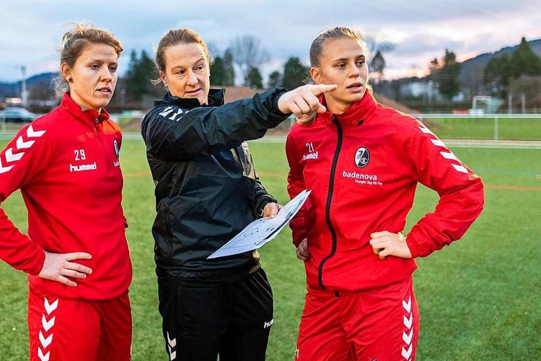 Jana Vojtekova (links) und Klara Bühl (rechts) mit  Trainerin Melanie Behringer  | Foto: Patrick Seeger