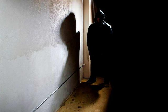 Unbekannter überfällt 20-Jährigen in einem Hinterhof im Stühlinger