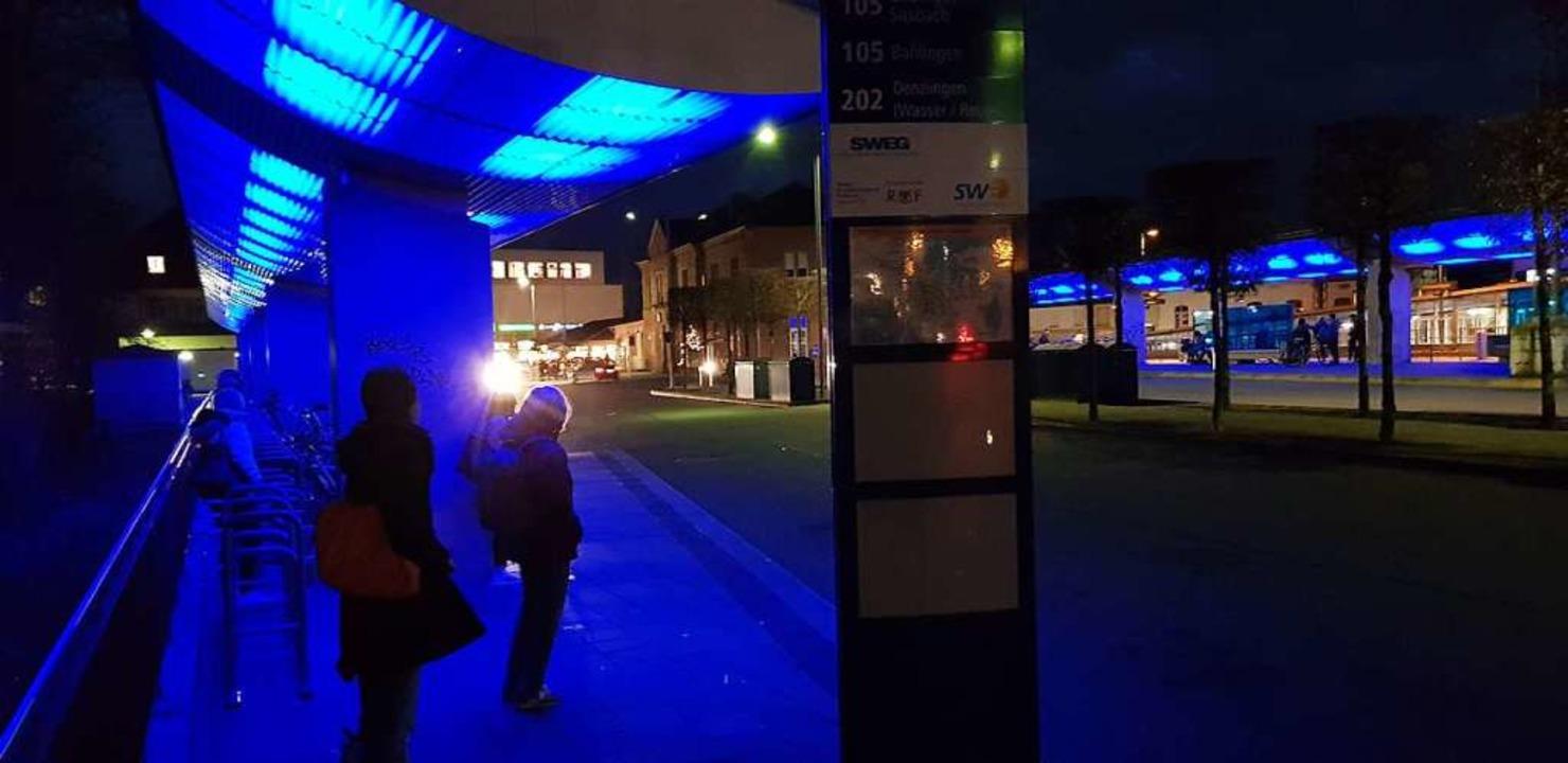 Blaue Stunde am Zentralen Omnibusbahnh...ktionieren teilweise schon nicht mehr.  | Foto: Gerhard Walser