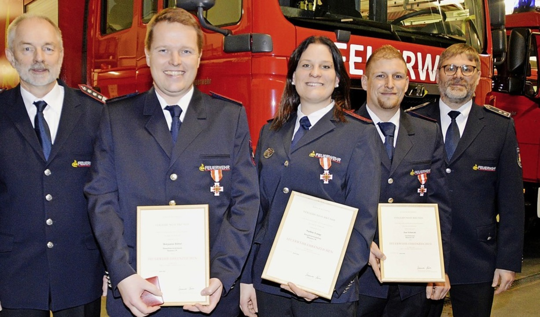 Kommandant Bernd Schneider (links) und...midt für 15 Jahre Feuerwehrdienst aus.    Foto: Edgar Steinfelder