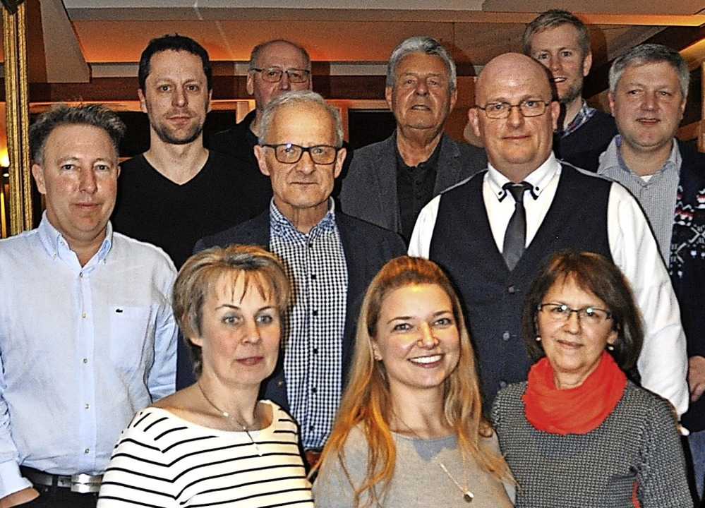 Der neue Vorsitzende des Gewerbeverein...e) im Kreis des elfköpfigen Vorstands.  | Foto: Rainer Ruther