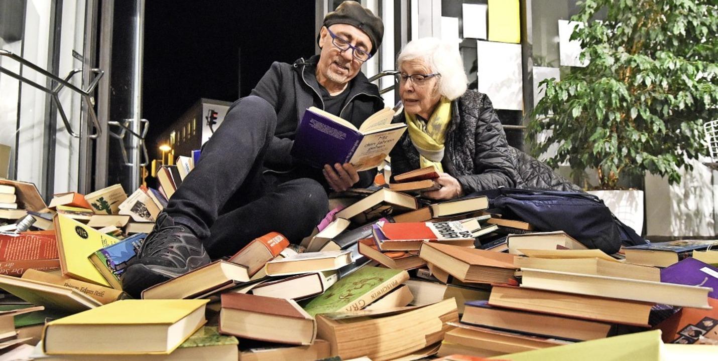 Zufallsbegegnung:  Alfonso Lipardi und...der Vernissage greifen nach Lektüren.   | Foto: Markus Zimmermann