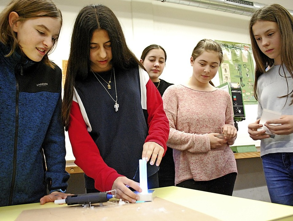Mädchen probieren sich an technischen und handwerklichen Tätigkeiten.  | Foto: Thomas Loisl Mink
