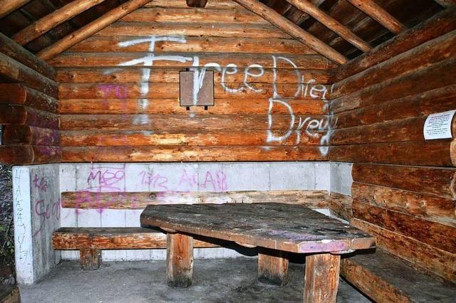 Randalierer beschädigen die Niederberghütte in Hausen
