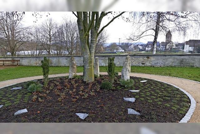 Schönes Gräberfeld, unschöne Mauer