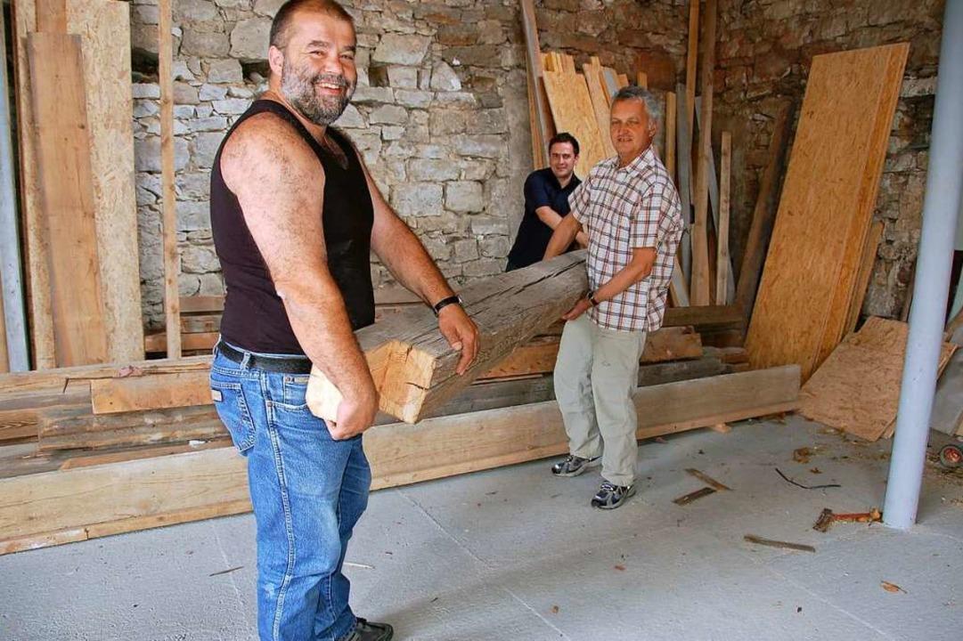 Ulrich Armbruster, Karl Dischinger und...bei den Bauarbeiten an der Gaststätte.  | Foto: Andrea Gallien