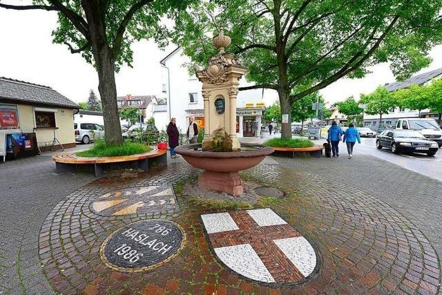 Polizei sucht junge Frau, die am Dorfbrunnen in Haslach belästigt wurde