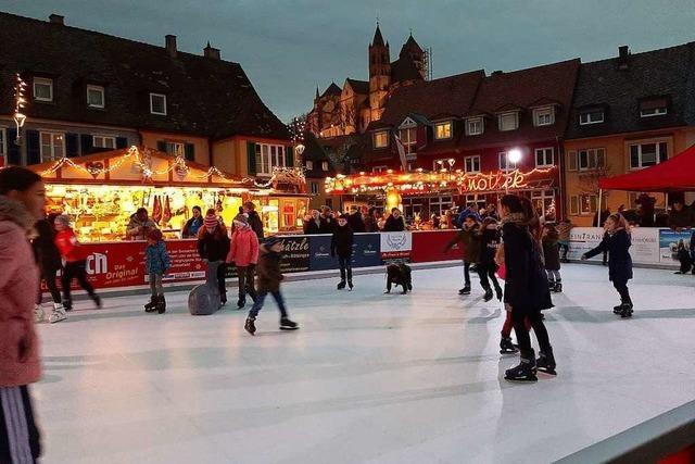 Eisbahn auf dem Breisacher Marktplatz kommt bei Besuchern gut an