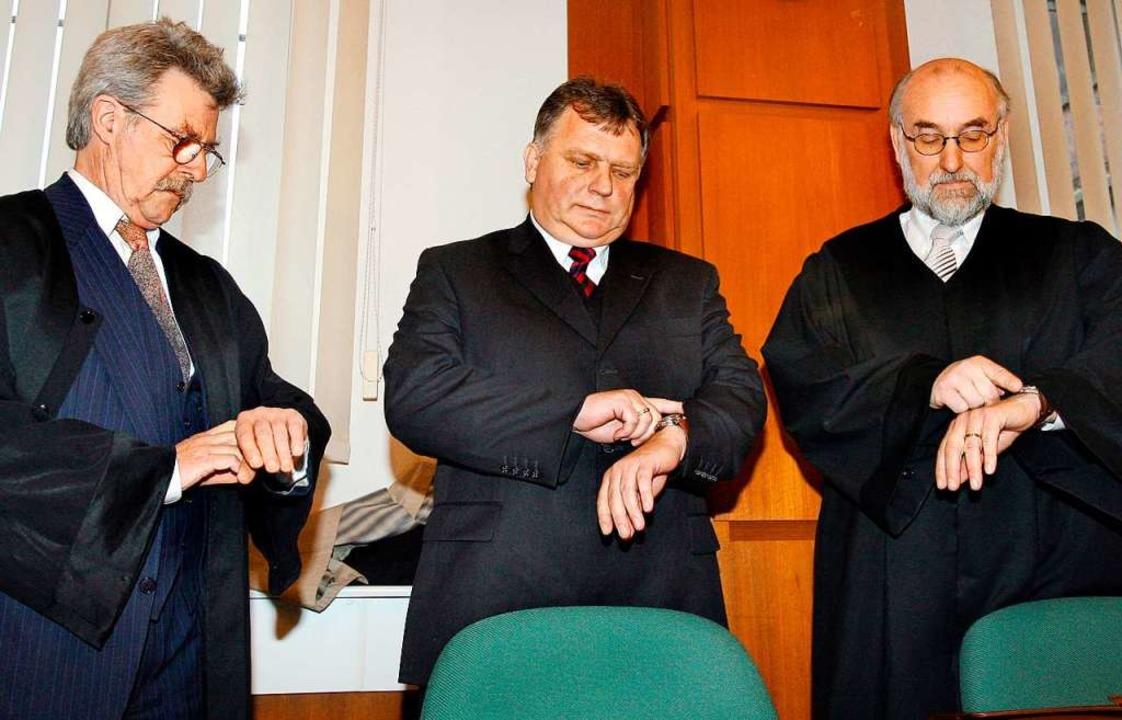 Günther Krause (m.) mit seinen Anwälten vor Gericht 2007 in Rostock  | Foto: Bernd Wüstneck