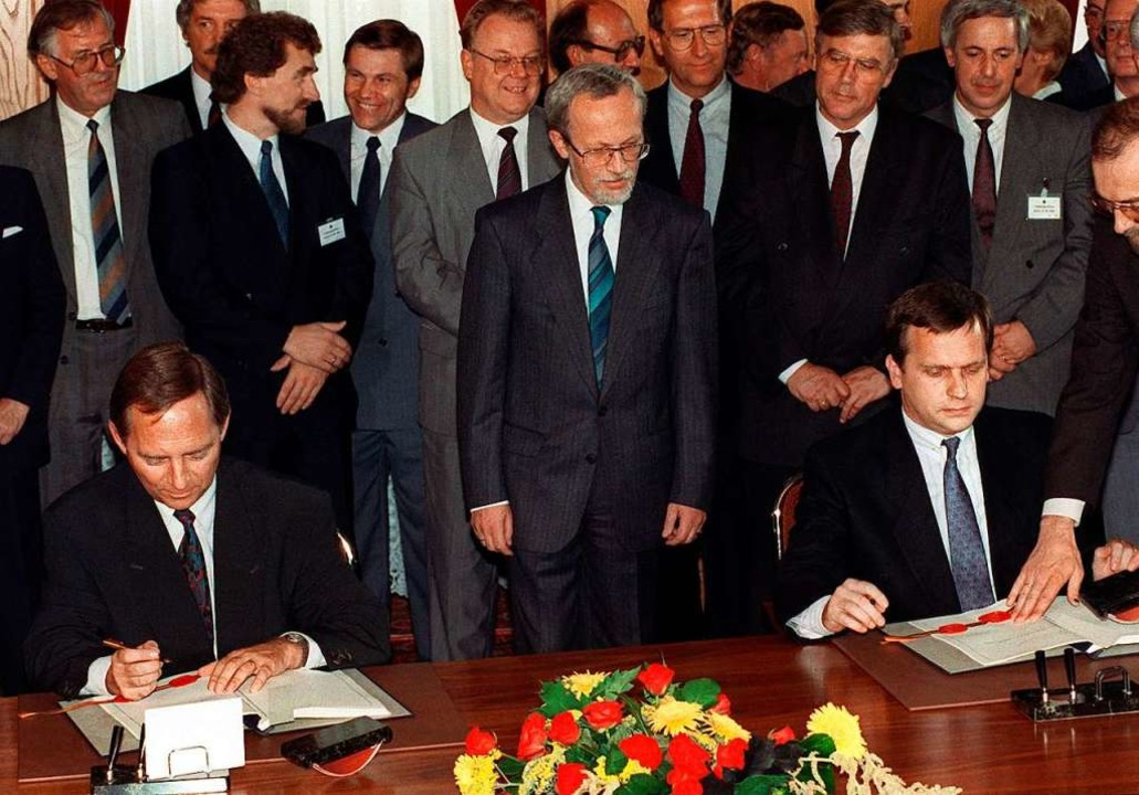 Wolfgang Schäuble (l.) und Günther Kra...st 1990 in Berlin den Einigungsvertrag  | Foto: Peter Kneffel
