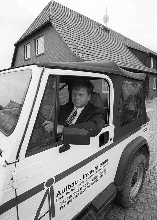 Günther Krause 1996 in einem Jeep sein...ereits in finanziellen Schwierigkeiten  | Foto: Bernd_Wüstneck
