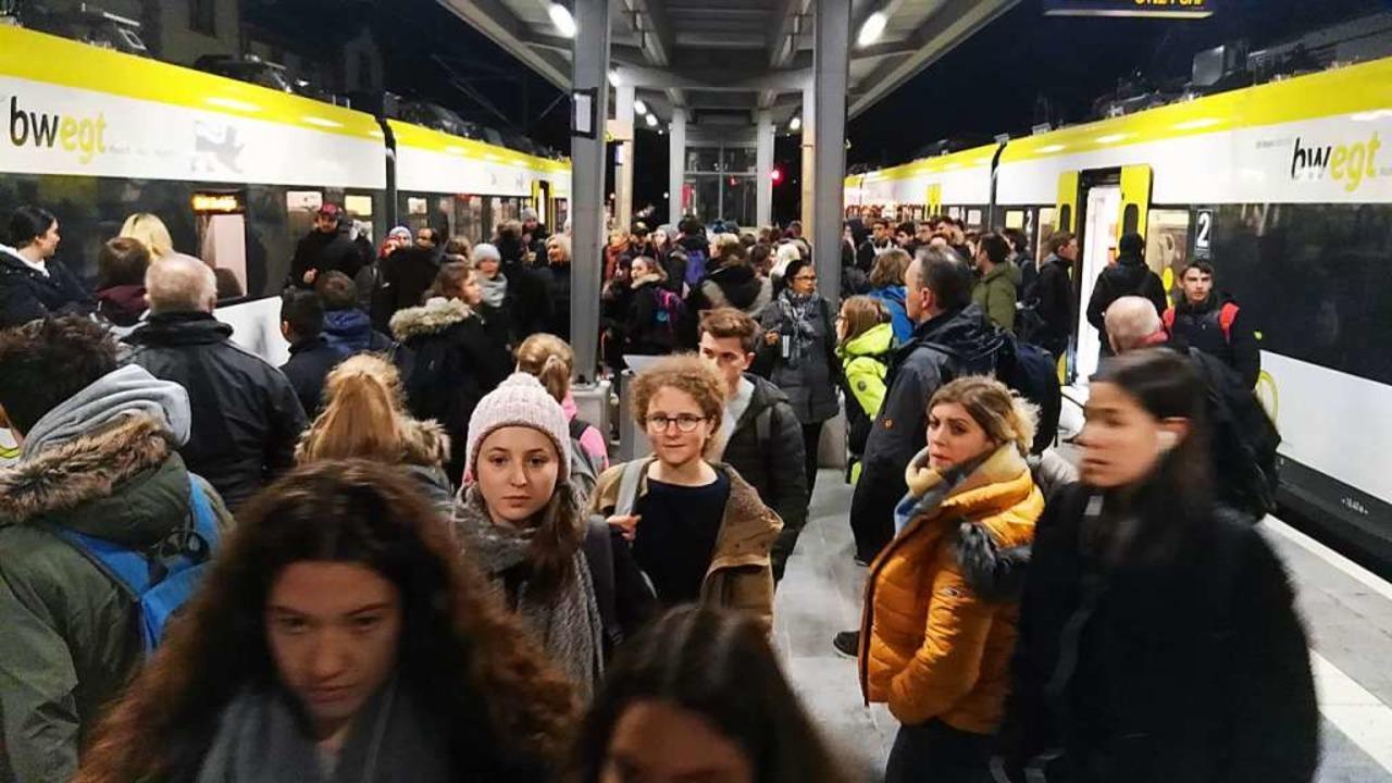 Am Bahnhof Gottenheim müssen Fahrgäste...ge Flügelung der Züge wird ausgesetzt.  | Foto: Martin Wendel