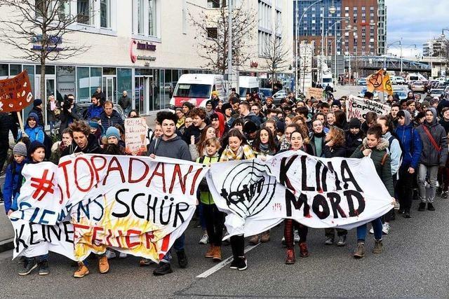 Klima-Aktivistinnen und -Aktivisten demonstrieren in Freiburg gegen Siemens