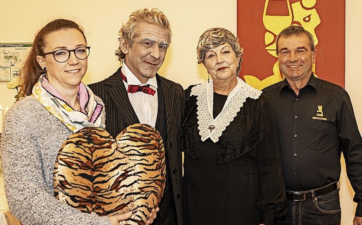 Ina Heinzelmann von Tigerherz freut si...genossenschaft Bötzingen überreichen.   | Foto: Mirko Waldschmidt