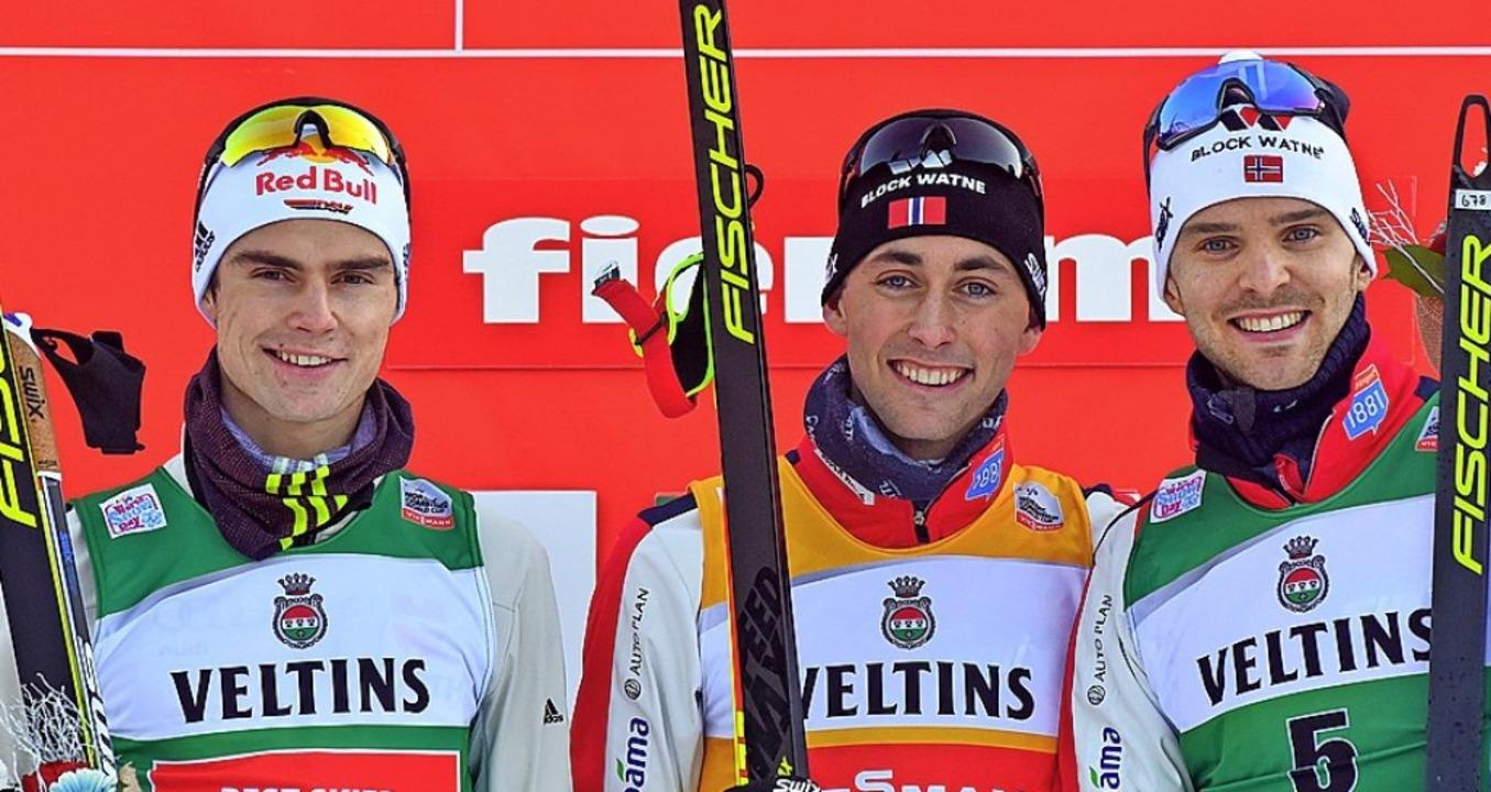 Auf dem Podest (von links): Vinzenz Ge...arl Magnus Riiber und  Joergen Graabak  | Foto: Franco Debernardi (dpa)