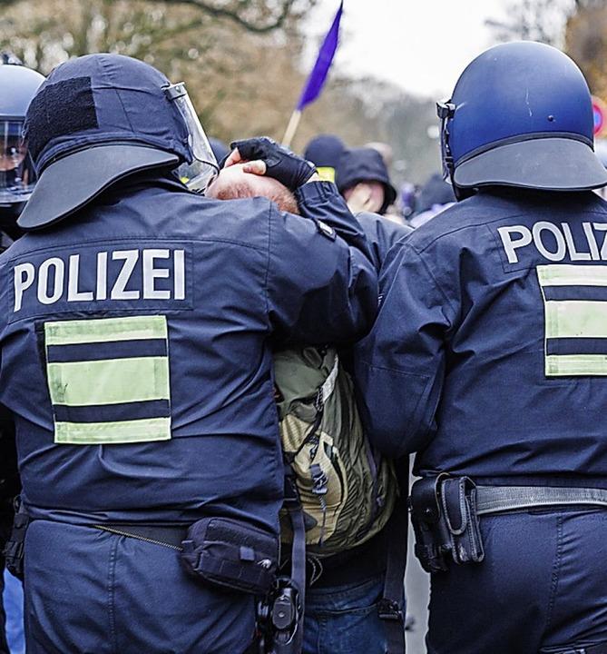 Polizisten in Leipzig im Einsatz  | Foto: Peter Steffen (dpa)