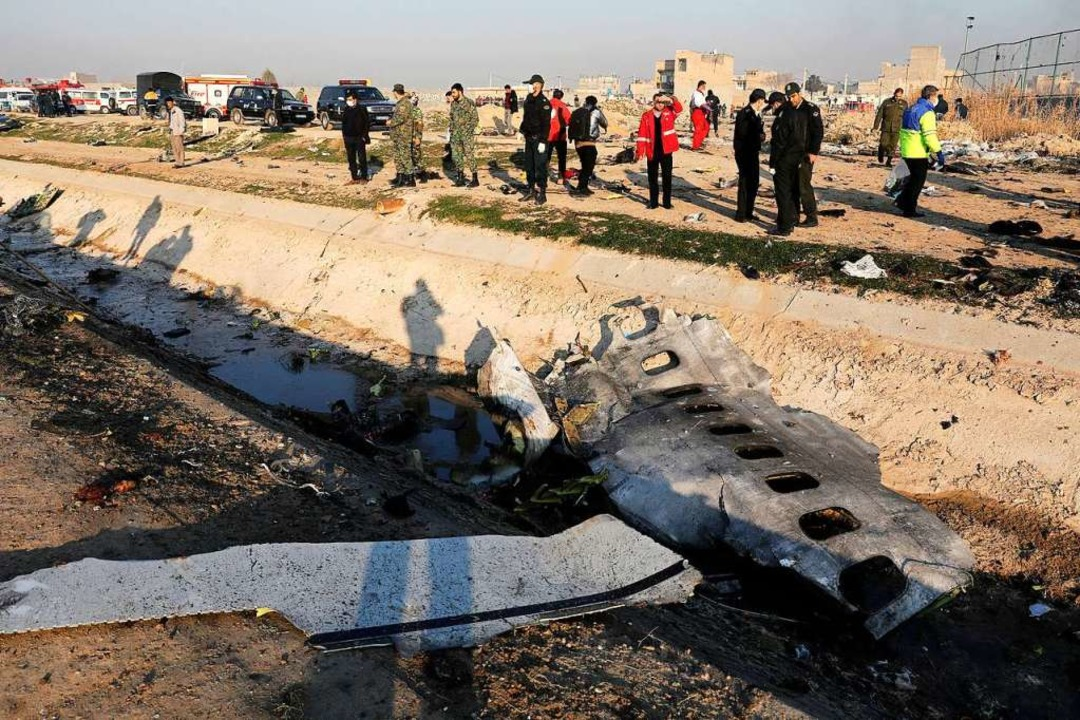 Trümmerteile der ukrainischen Passagie...mit 176 Opfern verantwortlich zu sein.    Foto: Ebrahim Noroozi (dpa)