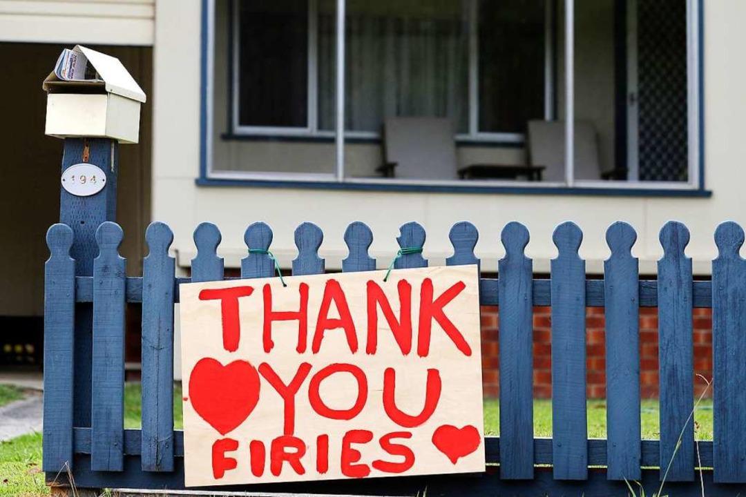 Anwohner bedanken sich bei den Feuerwe... bei den Buschbränden im Einsatz sind.  | Foto: Rick Rycroft (dpa)