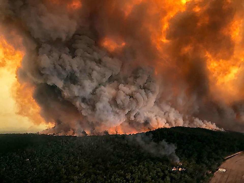 Dichte Rauchwolken steigen über einem ... die Buschbrände auf dem Kontinent an.  | Foto: Glen Morey (dpa)