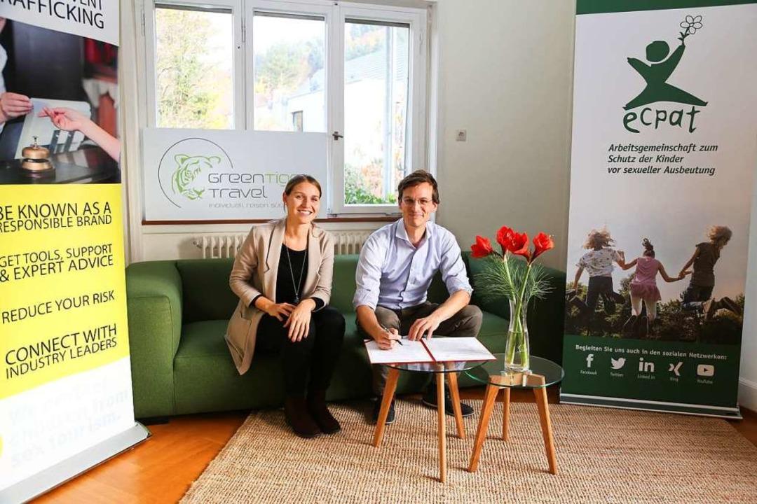 Sophie Hamann von Ecpat und Fabian Her...terschrift unter den Kinderschutzkodex  | Foto: Stefanie Kaiser