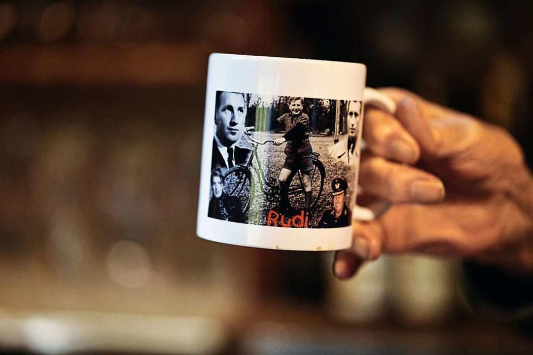 Bilder seines Lebens hat Kuhni auf einer Teetasse verewigt.  | Foto: Felix Groteloh