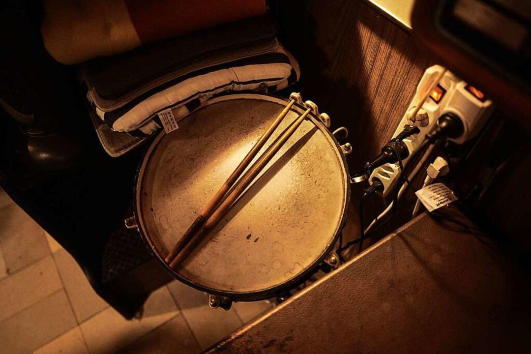 Auf der Trommel brachte er sich selber...che bei – Kuhni, der Autodidakt.  | Foto: Felix Groteloh