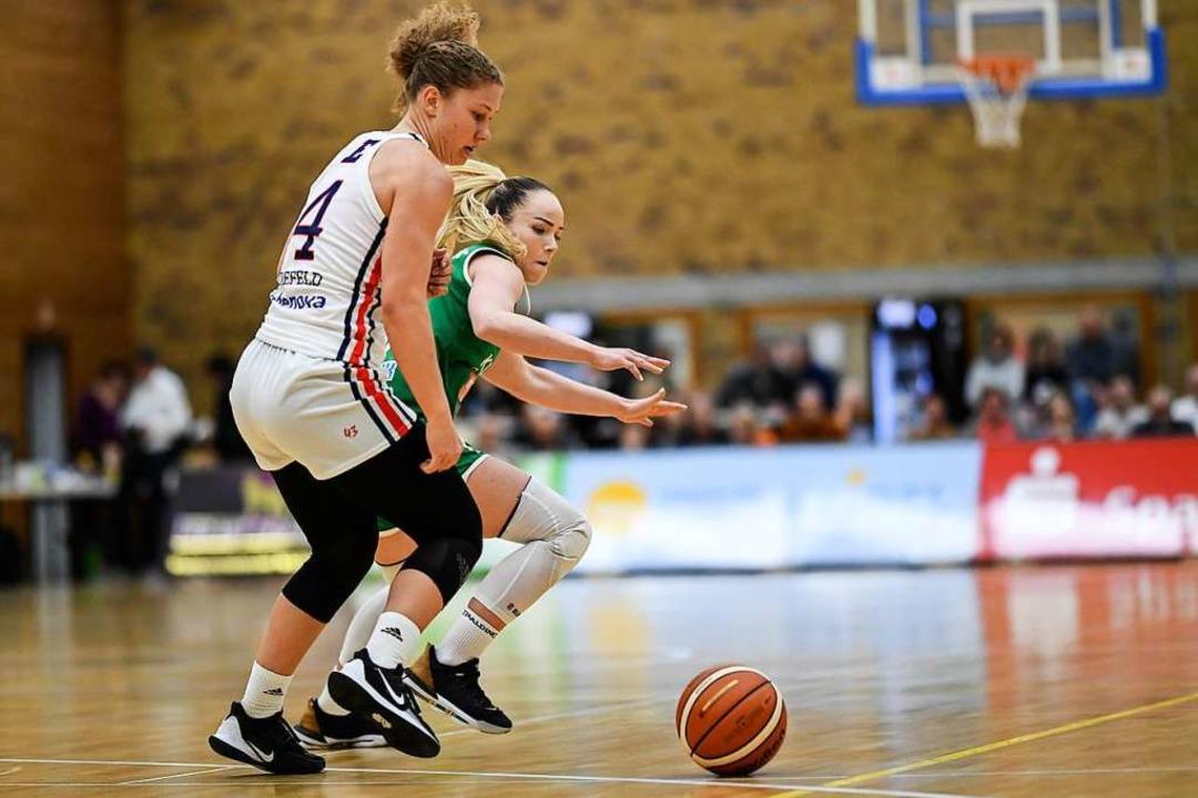 USC-Kapitänin Luana Rodefeld (Nummer 4...ehemalige USC-Spielerin Ilze Jakobsone  | Foto: Patrick Seeger