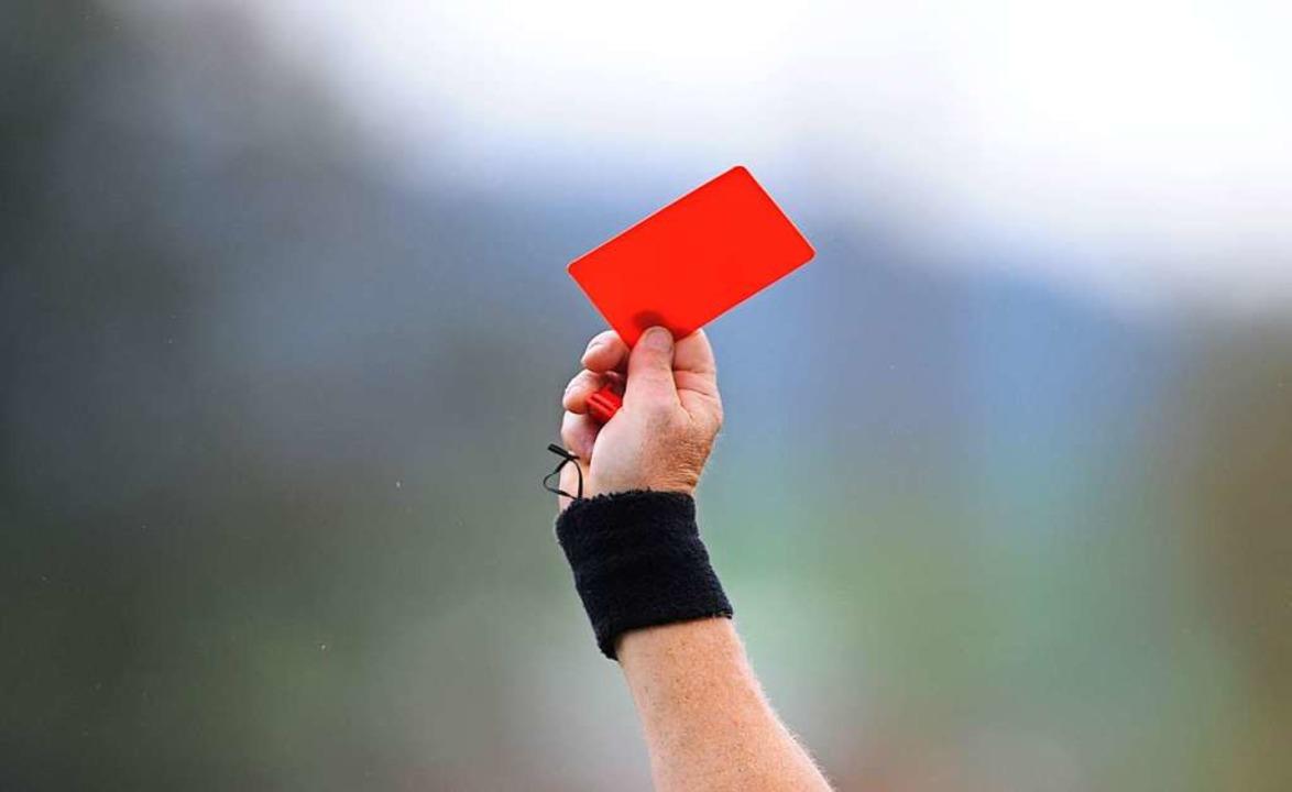 Die Rote Karte ist für manchen Fußball...chen auf dem Feld aggressiv anzugehen.  | Foto: Patrick Seeger