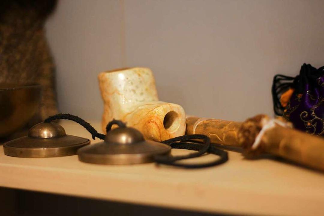 Auch Klangschalen und Kräuterpfeife gehören zum schamanischen Rüstzeug.  | Foto: Joshua Kocher
