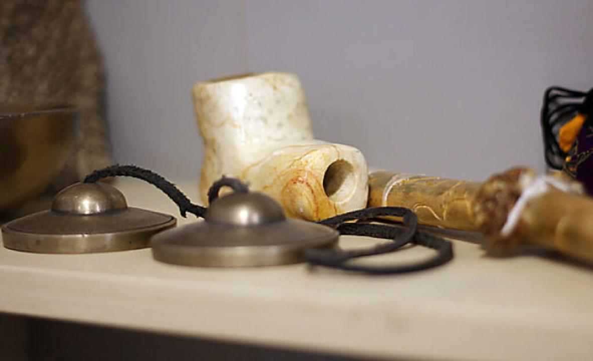 Auch Klangschalen und Kräuterpfeife gehören zum schamanischen Rüstzeug.    Foto: Joshua Kocher