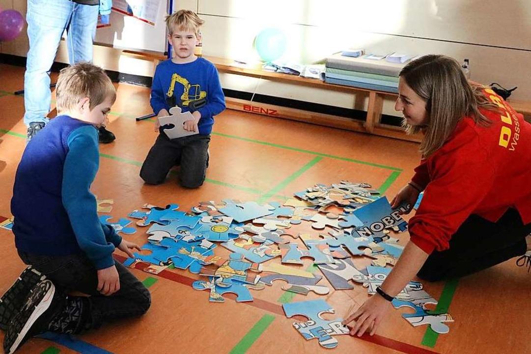 DLRG einmal ganz spielerisch beim Puzzle mit Johanna Podeswa.  | Foto: Martha Weishaar