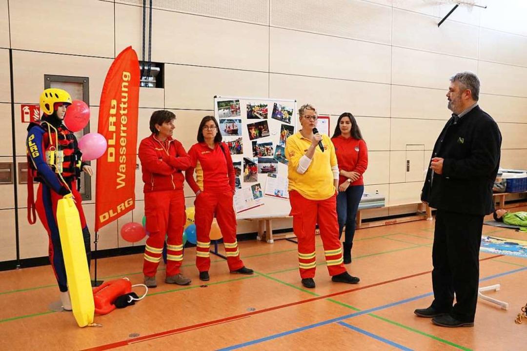 Bürgermeister Michael Scharf interview...eine. Tanja Rendler warb für die DLRG.  | Foto: Martha Weishaar
