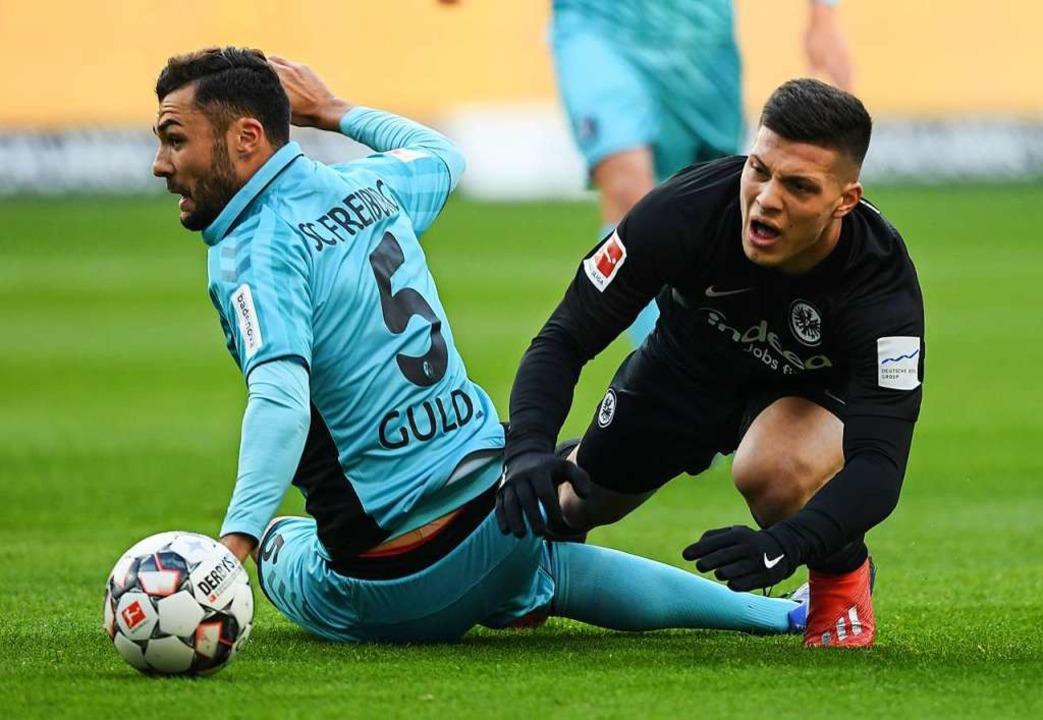 Voller  Einsatz: Manuel Gulde (links),...h für Frankfurt kickenden  Luka Jovic   | Foto: Arne Dedert