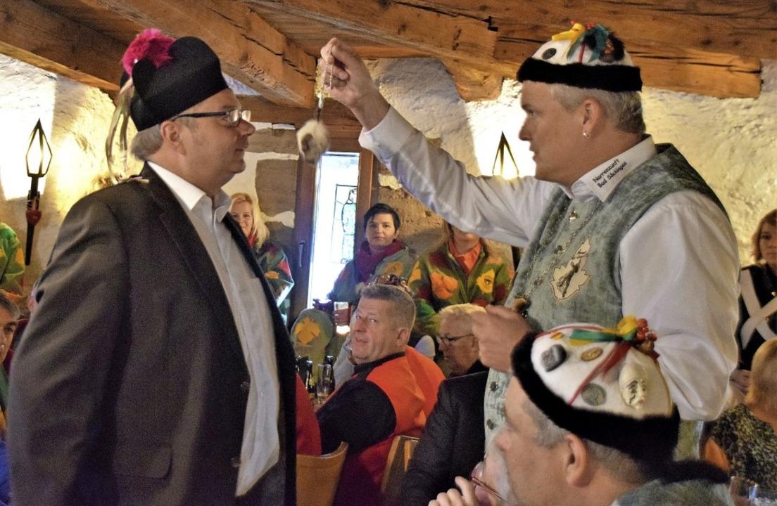 Mit Hypnose versucht Zunftmeister Rolf... die Kirchenschlüssel überreicht hat.   | Foto: Hildegard Siebold