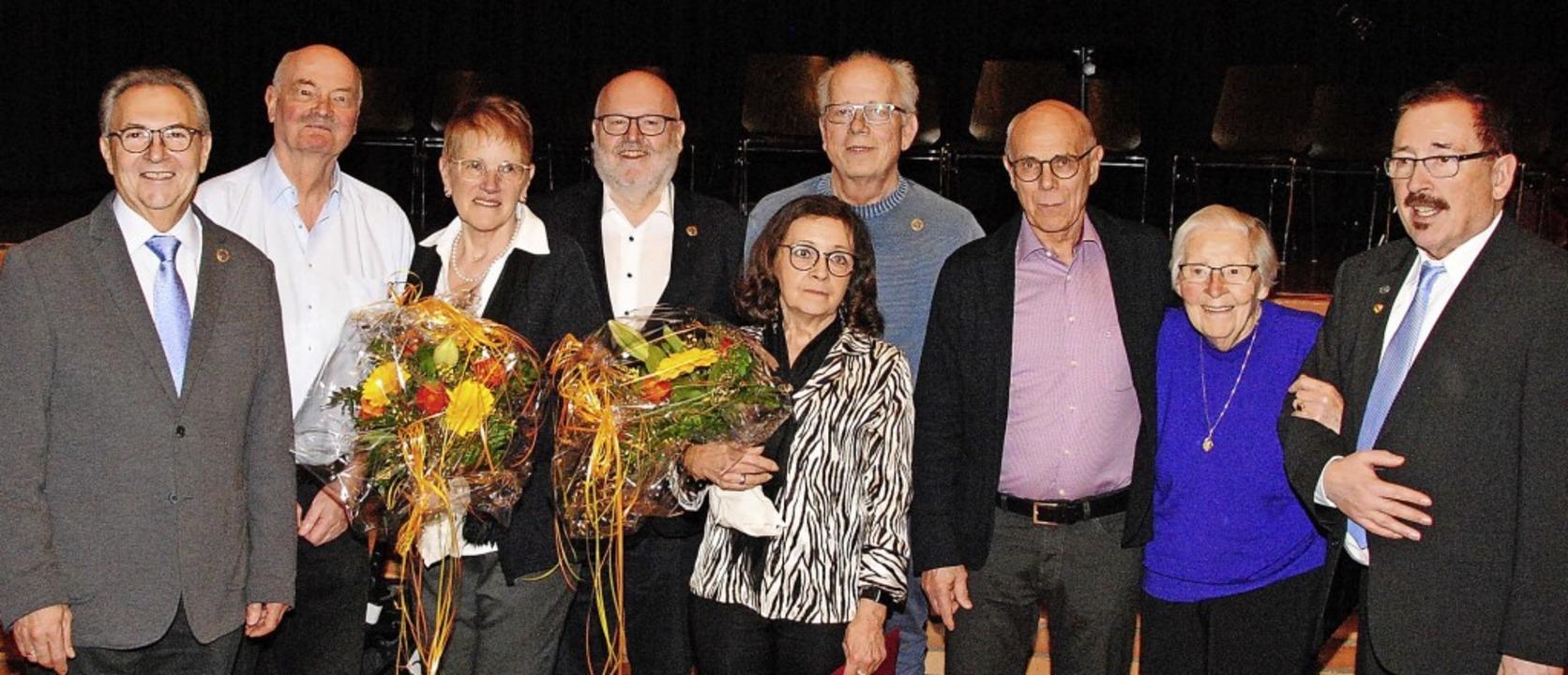 Die Jubilare des TV Weil (von links): ...er mit dem Vorsitzenden Ulrich Obrist   | Foto: Norbert Sedlak