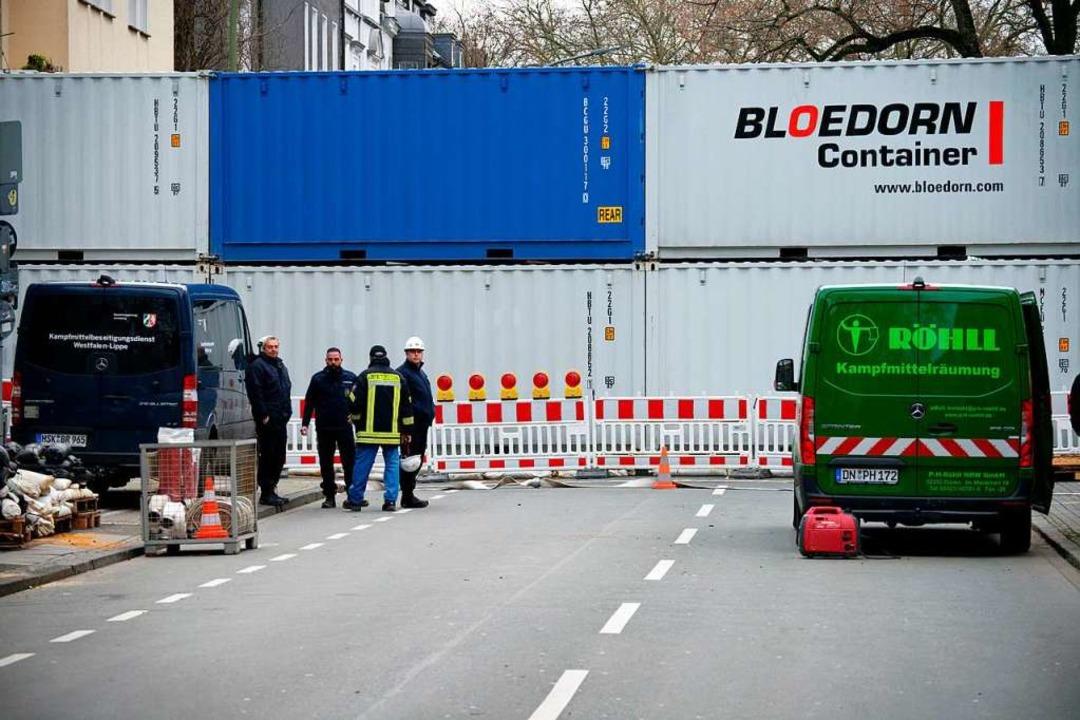 Container stehen zum Schutz vor einer ...ion in einer Straße in der Innenstadt.  | Foto: Henning Kaiser (dpa)