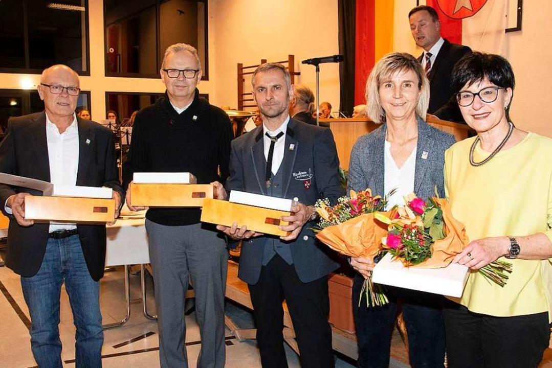 Die Ehrennadel des Gemeindetags für ih...Tegel. Nicht im Bild ist Dieter Maier.  | Foto: Volker Münch