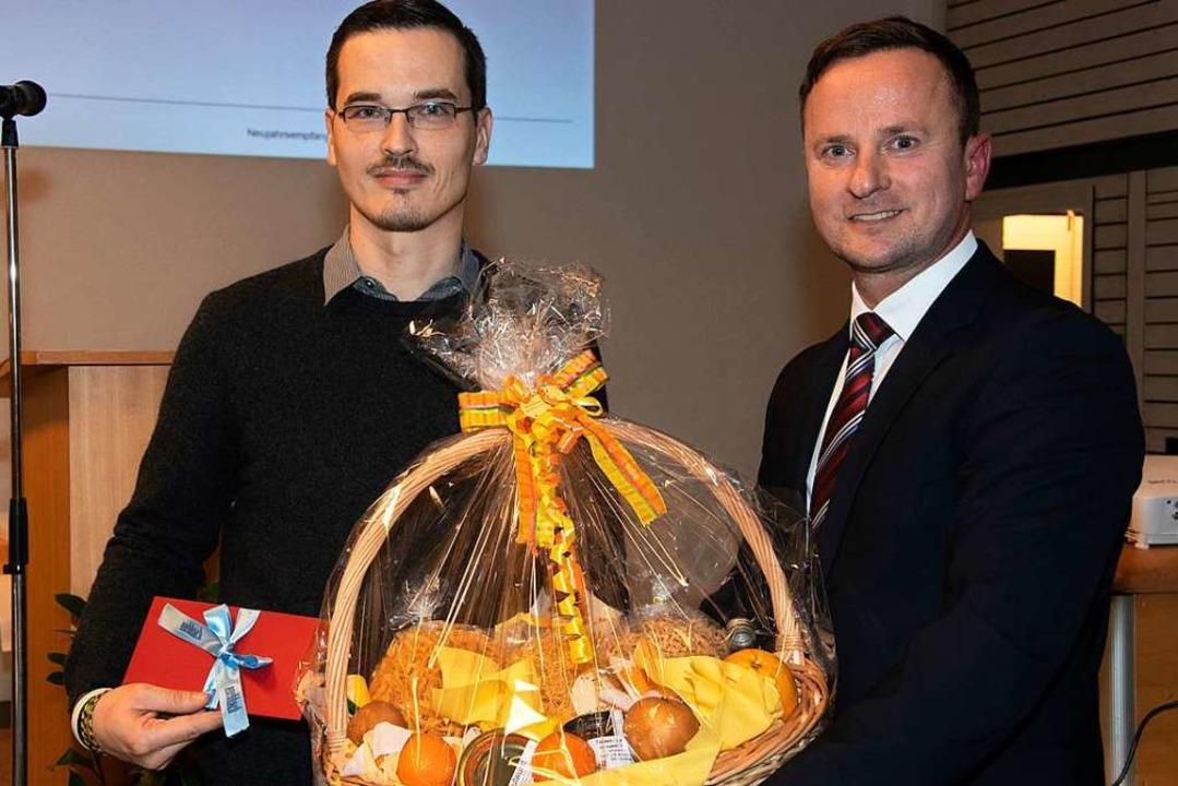 Von Bürgermeister Mario Schlafke (rech... den geehrten Sportler Daniel Meißner.  | Foto: Volker Münch